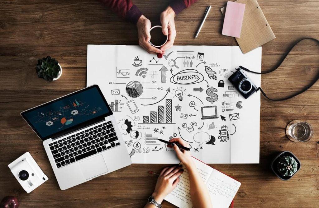 Em uma mesa com estratégias, mãos definem o que é mais importante