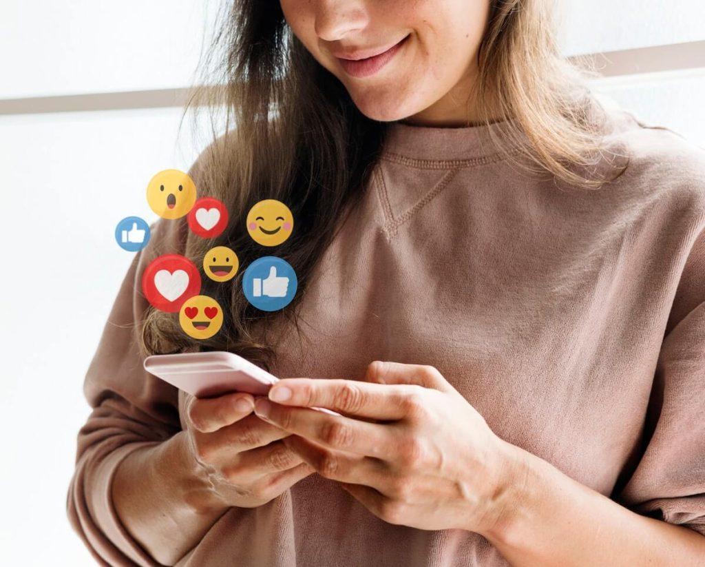 Mulher acessa as redes sociais pelo celular